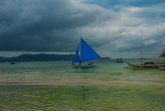 Парусник с голубым ветрилом на предпосылке облаков, острове Boracay, Филиппинах Стоковое фото RF