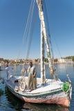 Парусник Feluccas с капитаном на Ниле в Асуане Египте Стоковая Фотография
