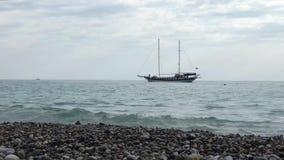 Парусное судно при 2 рангоута двигая в воду справа налево акции видеоматериалы