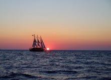 Парусное судно улавливая солнце стоковые фотографии rf