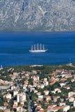 Парусное судно в заливе Kotor осматривает сверху Черногория Стоковая Фотография