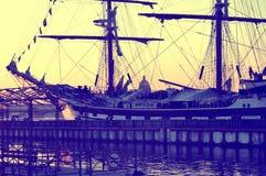 Парусное судно на заходе солнца стоковая фотография rf
