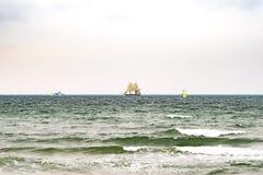 Парусное судно на море корабль высокорослый Плавающ на яхте и плавающ перемещение Круизы и праздники Стоковые Изображения