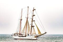 Парусное судно на море корабль высокорослый Плавающ на яхте и плавающ перемещение Стоковое фото RF