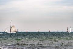 Парусное судно на море корабль высокорослый Плавающ на яхте и плавающ перемещение Стоковые Фото