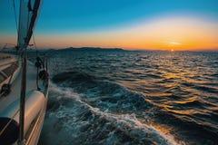 Парусное судно плавать в открытом море на вечере Стоковые Изображения RF