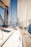 Парусное судно плавать с белыми ветрилами Стоковое фото RF