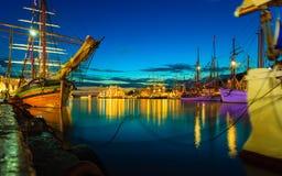 Парусные судна в гавани во время высокорослых кораблей участвуют в гонке Стоковое Фото
