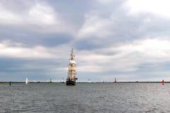 Парусные судна на море корабль высокорослый Плавающ на яхте и плавающ перемещение Стоковое Изображение