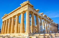 Парфенон в Афинах, Греции с голубыми небесами стоковые изображения