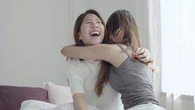 Пары азиатских женщин лесбосские счастливые просыпая вверх в утре Азиатские девушки сидя на кровати протягивая в уютной спальне д видеоматериал