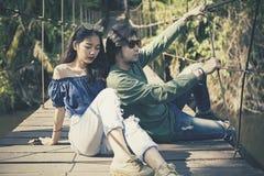 Пары азиатских молодого человека и женщины представляют для фотографии на l Стоковое Изображение