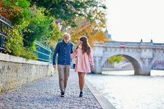 Пары датировка в Париже на день падения стоковая фотография rf