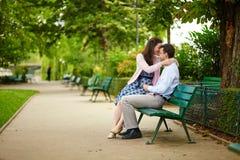 Пары датировка на стенде в парижском парке стоковая фотография rf