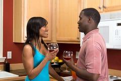 пары афроамериканца выпивая горизонтальное вино стоковая фотография rf