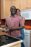 пары афроамериканца обнимая кухню стоковые изображения rf