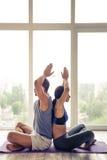 Пары Афро американские делая йогу Стоковое Изображение RF