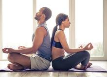 Пары Афро американские делая йогу Стоковая Фотография