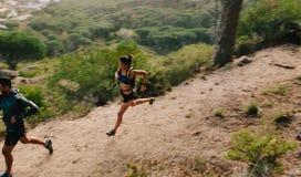 Пары бегунов на горной тропе Стоковое фото RF