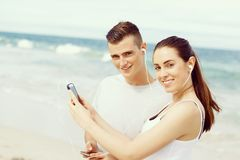 Пары бегунов с передвижными умными телефонами outdoors Стоковая Фотография RF
