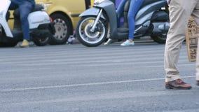 пары бежать для того чтобы пересечь улицу акции видеоматериалы