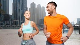 Пары бежать над предпосылкой улицы города Дубай Стоковые Фото