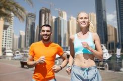 Пары бежать над предпосылкой улицы города Дубай Стоковое фото RF