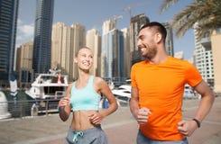 Пары бежать над предпосылкой улицы города Дубай Стоковые Фотографии RF