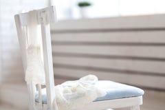 Пары белых чулков нейлона висят дальше назад стула Стоковое Изображение RF