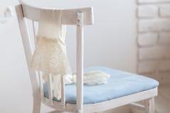 Пары белых чулков нейлона висят дальше назад стула Стоковые Фото