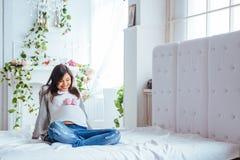 Пары беременной женщины розовых ботинок Стоковая Фотография