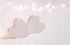 Пары белых деревянных сердец верхний слой яркого блеска Стоковые Изображения