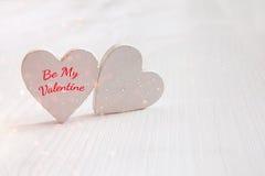Пары белых деревянных сердец верхний слой яркого блеска Стоковая Фотография RF