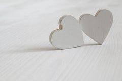 Пары белых деревянных сердец Стоковые Изображения RF
