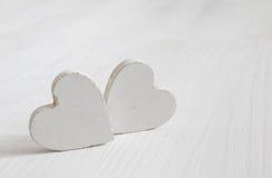 Пары белых деревянных сердец Стоковое Изображение RF