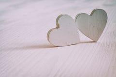 Пары белых деревянных сердец Стоковое Изображение