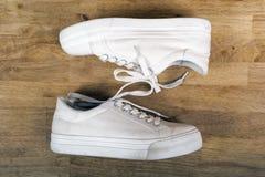 Пары белых тапок с шнурками Стоковые Фото
