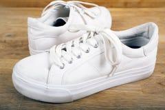 Пары белых тапок с шнурками Стоковые Изображения
