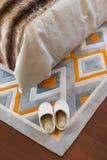 Пары белых тапочек на ковре Стоковые Фото