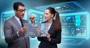 Пары бизнесмена и коммерсантки обсуждая данные Стоковые Фото