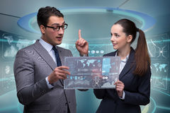 Пары бизнесмена и коммерсантки обсуждая данные Стоковая Фотография RF