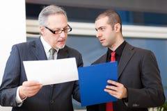 Пары бизнесменов обсуждая Стоковое фото RF