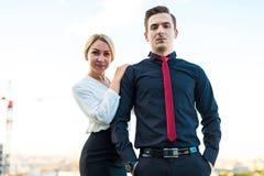 Пары бизнесменов, привлекательных человека брюнет и довольно белокурый Стоковые Фото