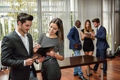 Пары бизнесменов планировать стоковое фото rf