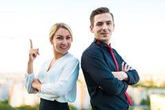 Пары бизнесменов, хорошие смотрящ человека брюнет и привлекательные Стоковые Изображения RF