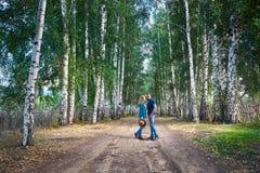 Пары битника в березовой древесине стоковое фото rf