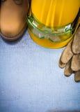 Пары ботинок безопасности кожаных перчаток строя шлем и transpar Стоковая Фотография