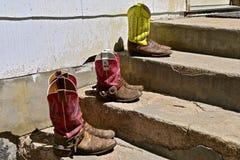3 пары ботинок ` s женщин западных на шагах Стоковые Фотографии RF