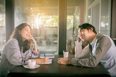 Пары более молодого азиатских человека и женщины ослабляя с горячим кофе Стоковое Изображение RF