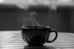 Пары большого кофе чашки черная девушка прячет белизну рубашки съемки s человека Стоковое фото RF